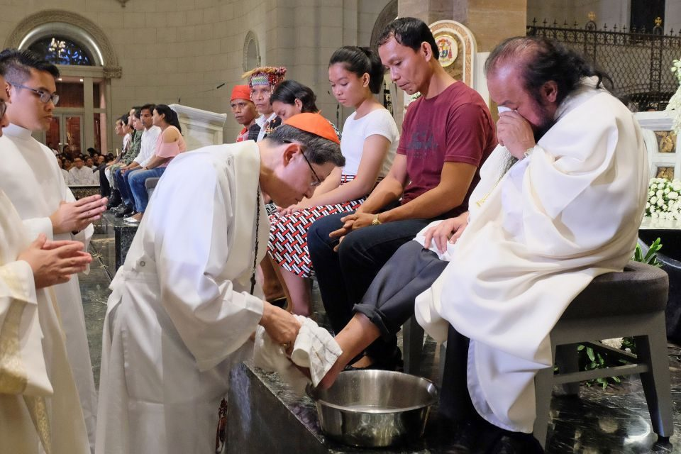 Holy Thursday: Cardinal Tagle washes feet of priest kidnapped by rebels